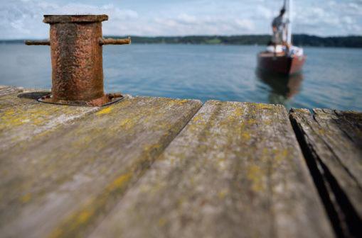 bateau en approche d'un ponton