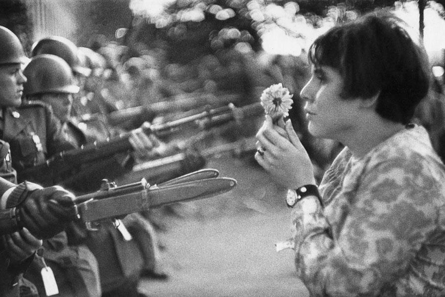 Devant le Pentagone, lors d'une marche pour la paix au Vietnam, Jan Rose Kasmir donne un beau visage à la jeunesse américaine.