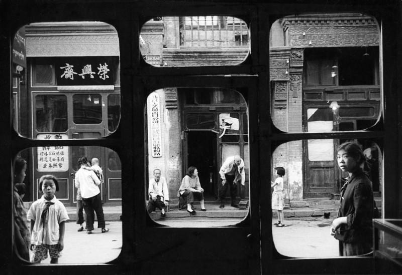 Ces fenêtres s'ouvrent sur Liulichang, la rue des antiquaires. Dans ces boutiques, pendant la révolution culturelle, les Chinois devaient apporter leurs bijoux à l'Etat, sans contrepartie.