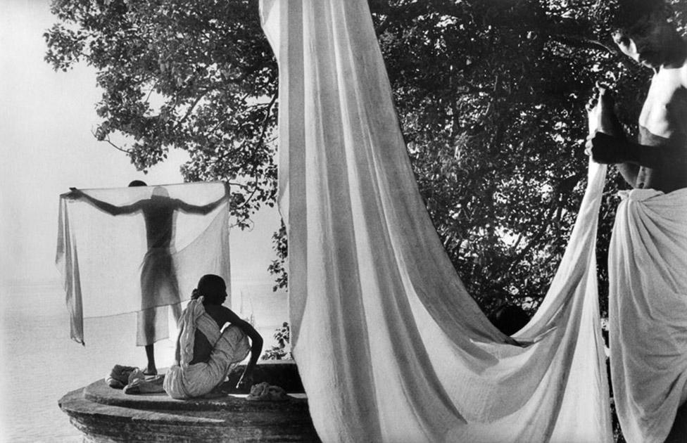 Après le bain dans le Gange, les hindous font sécher leur dhotis au soleil.